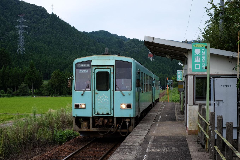 越前大宮駅に入線する普通列車の九頭竜湖行き 725D。