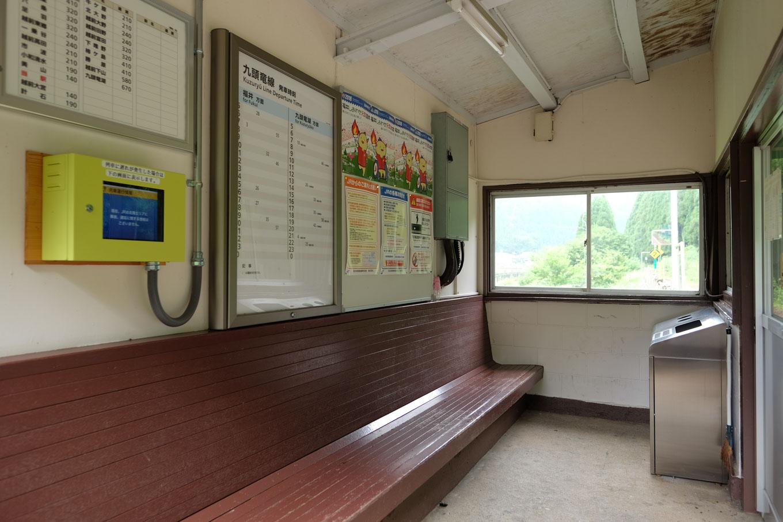 越前薬師駅の待合所。