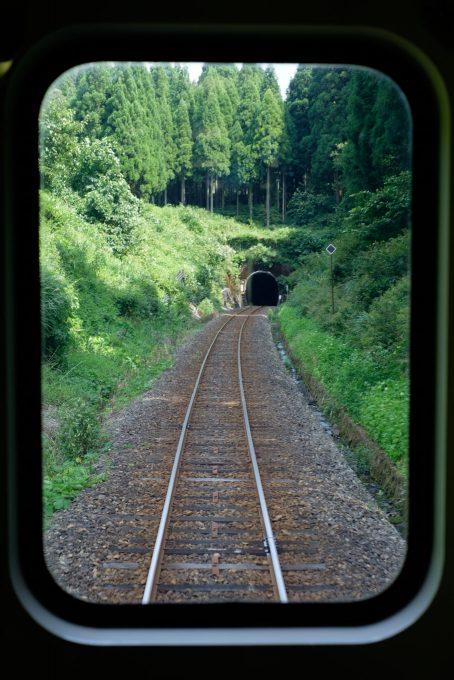尾根のすぐ下にある花山峠のトンネル (FUJIFILM X-T1 + XF35mm F1.4R)