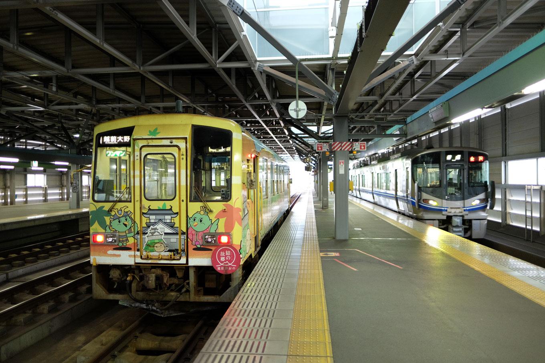 福井駅で発車を待つ普通列車の越前大野行き 723D。
