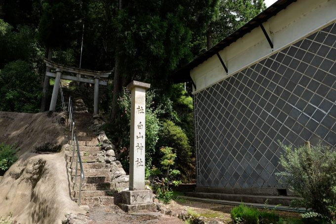 民家の脇にある白山神社 (FUJIFILM X-T1 + XF16mm F1.4R)