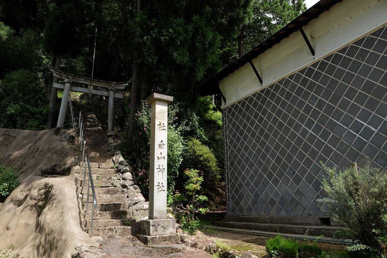 民家脇にある白山神社参道。
