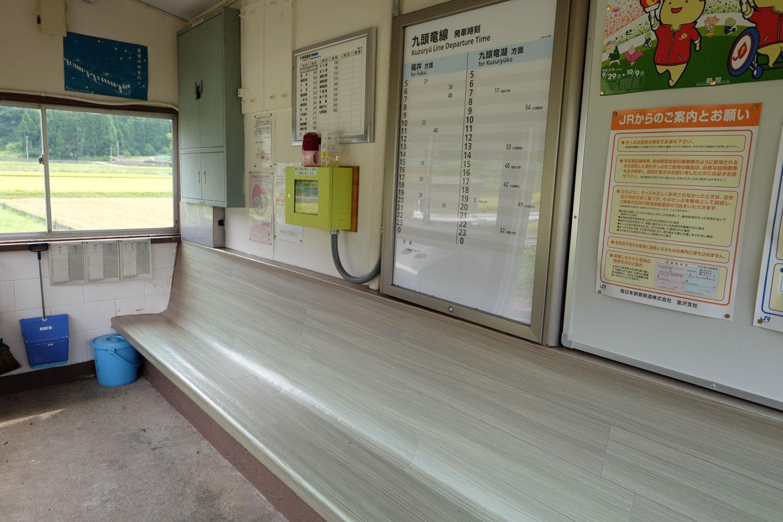 計石駅の待合所。