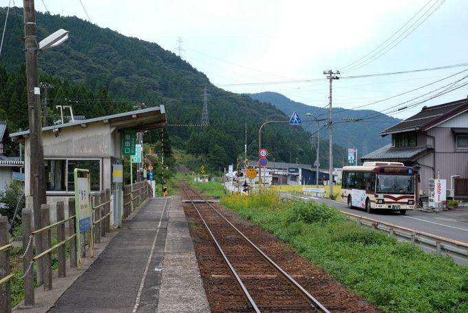 計石駅ホームと並行する路線バス (FUJIFILM X-T1 + XF35mm F1.4R)