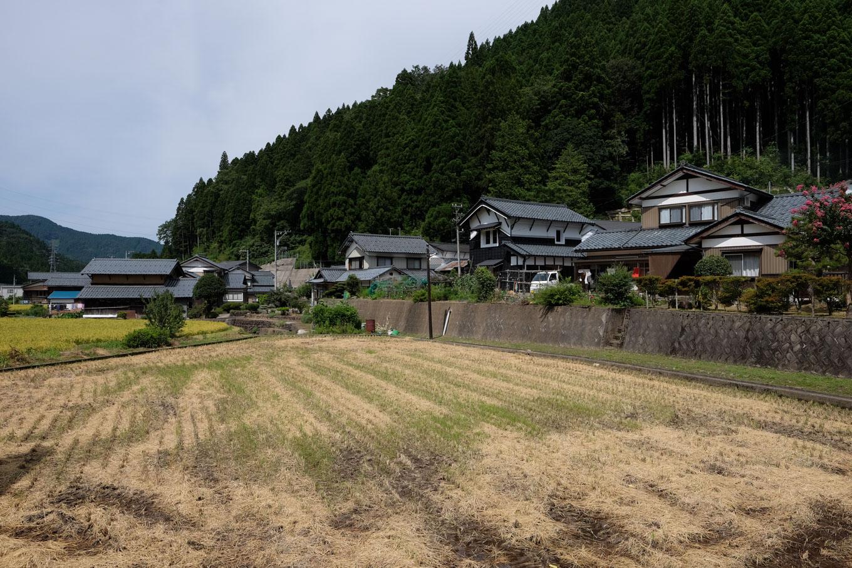 平地には田畑、山すそには住宅。