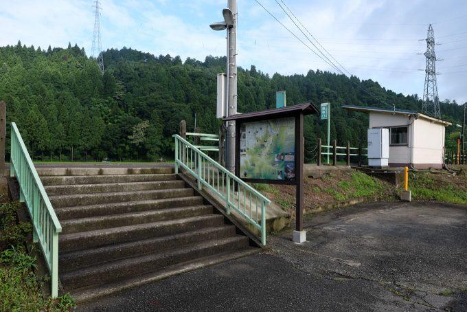 出入口には観光案内板が立つ (FUJIFILM X-T1 + XF16mm F1.4R)