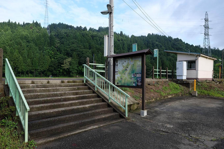 観光案内板の立つ一乗谷駅の出入口。