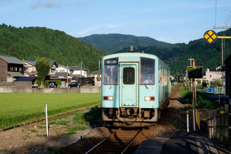 普通列車の福井行き 732D。