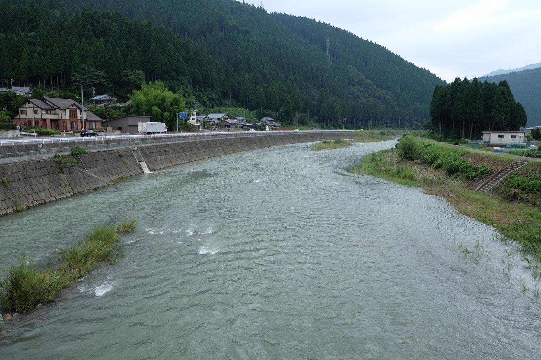 駅近くを流れる足羽川。