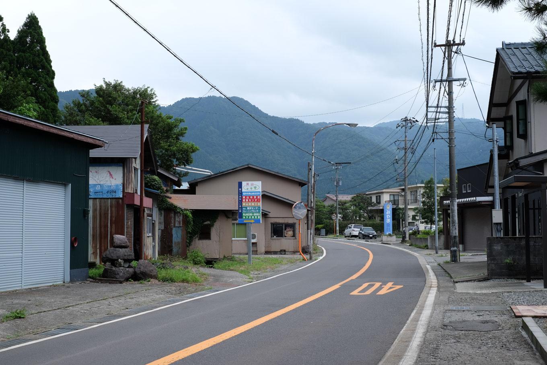 駅前を横切る国道。