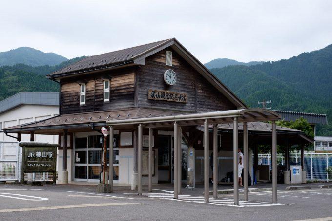 待合室とトイレを備えた美山観光ターミナル (FUJIFILM X-T1 + XF35mm F1.4R)