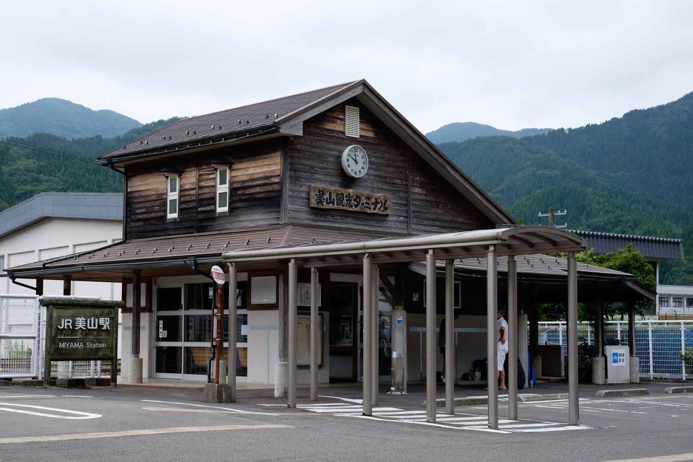 美山駅舎。