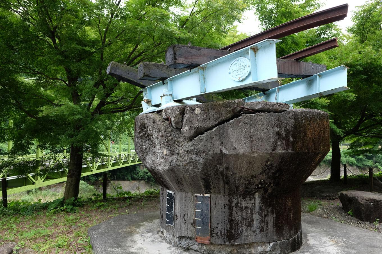 モニュメントとして残る越美北線の橋脚。