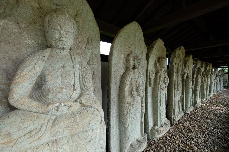 西山光照寺跡の石仏群。