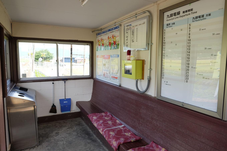 牛ケ原駅の待合所。