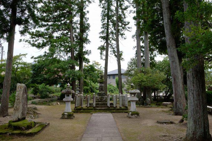 住宅街に佇む朝倉義景墓所 (FUJIFILM X-T1 + XF16mm F1.4R)