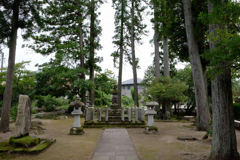 住宅街に佇む朝倉義景墓所。