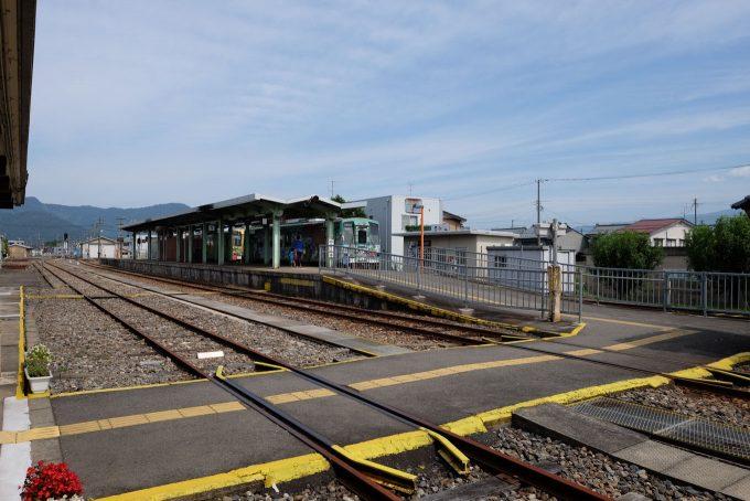 駅舎側から見た構内 (FUJIFILM X-T1 + XF16mm F1.4R)
