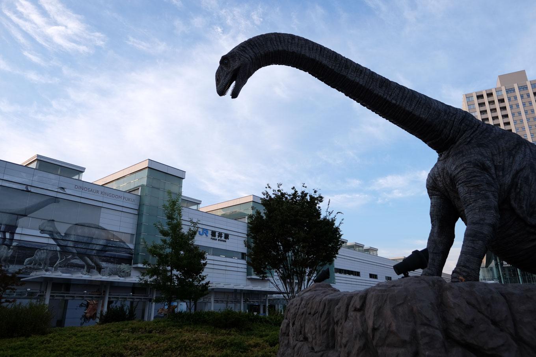 恐竜の佇む福井駅前。