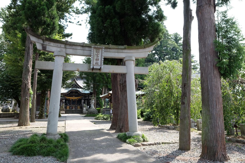 日吉神社(右側に堀)。