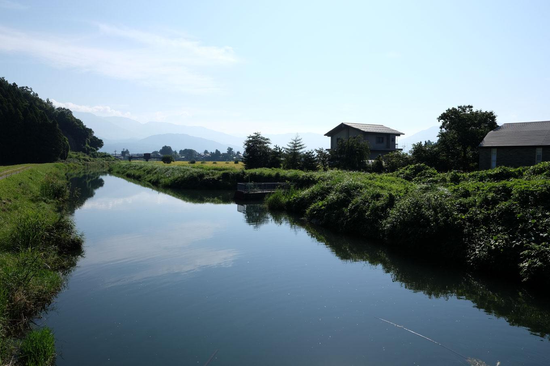 どんより流れる赤根川。