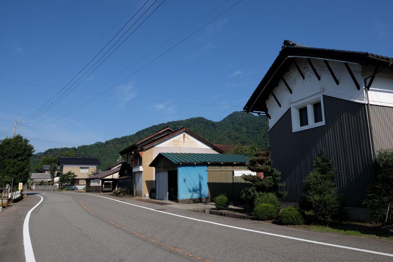 田んぼの中にある西市集落。