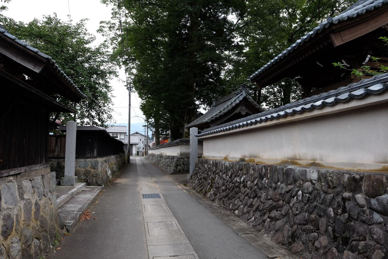 徳厳寺と最勝寺に挟まれた小路。