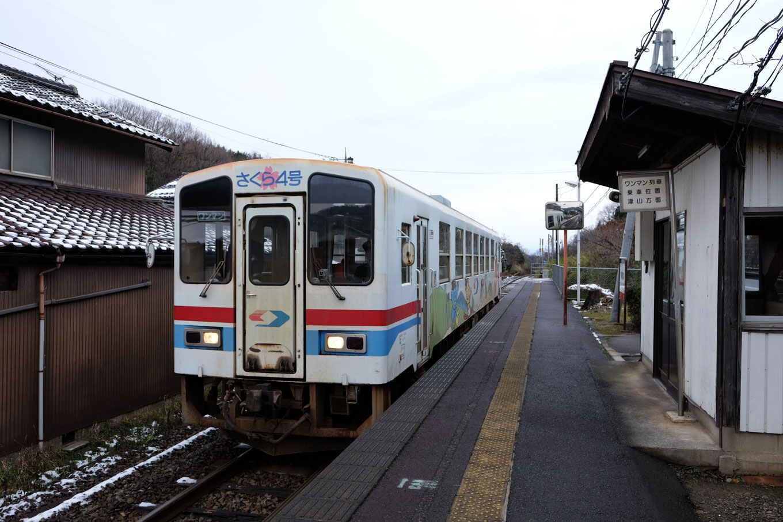 東郡家駅に入線する、普通列車の若桜行き 1333D。