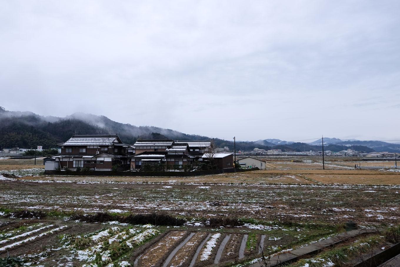 駅の郡家側に広がる農地。