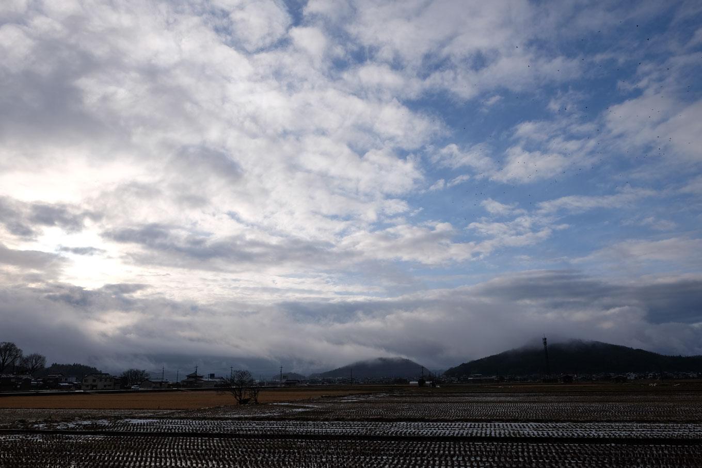 田んぼの向こうに面影山が佇む。