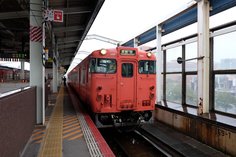 鳥取駅で発車を待つ、智頭行きの普通列車 657D。