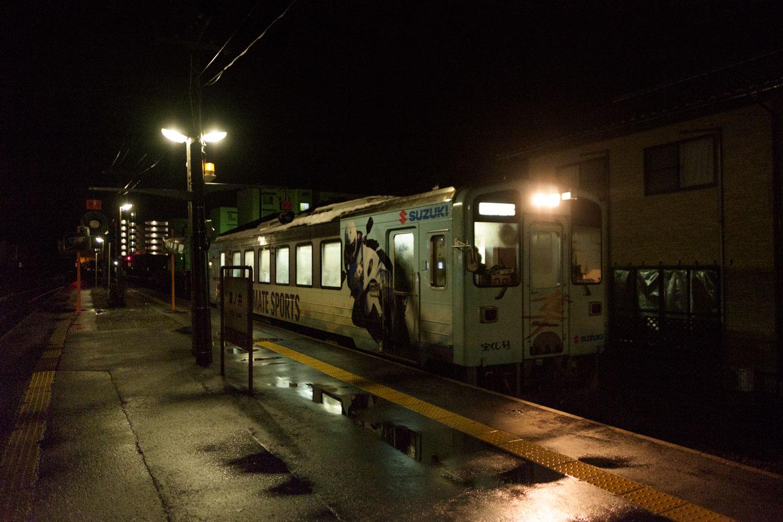 津ノ井駅に入線する、鳥取行き普通列車 1344D。