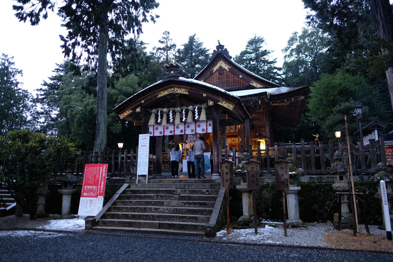 紙幣の図柄にもなった宇倍神社の拝殿。