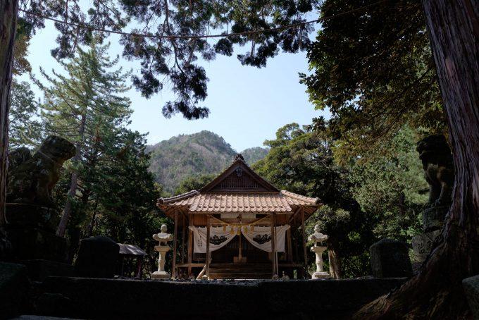 犬山神社拝殿 (FUJIFILM X-T1 + XF16mm F1.4R)