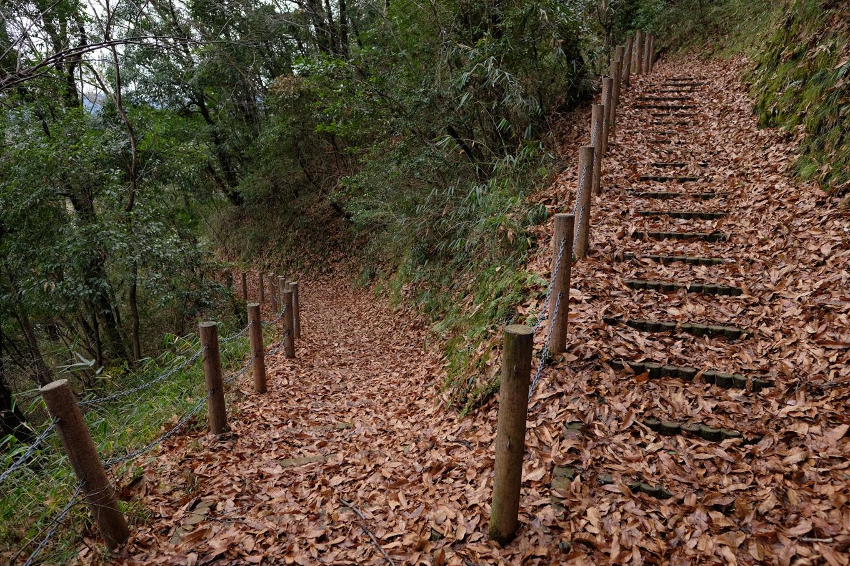 河原城に伸びる遊歩道。