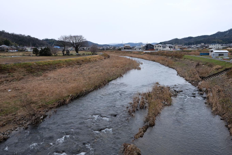 私都川の脇に見える白兎神社。