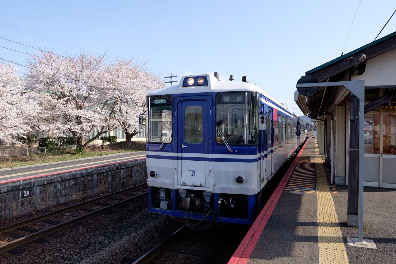 郡家駅に停車中の智頭行き普通列車。