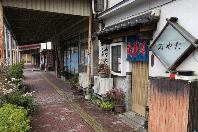 郡家の駅前食堂 (FUJIFILM X-T1 + XF16mm F1.4R)