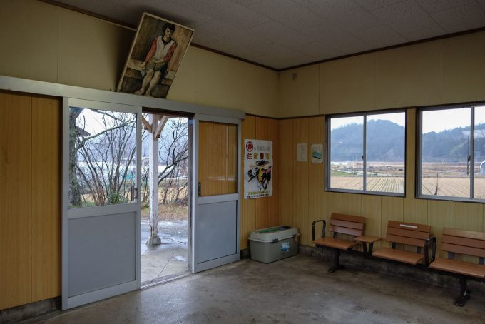 肖像画が目を引く待合室 (FUJIFILM X-T1 + XF16mm F1.4R)