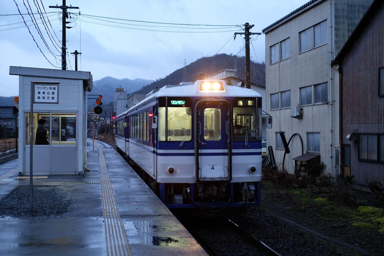 用瀬駅に入線する、普通列車の鳥取行き 638D。