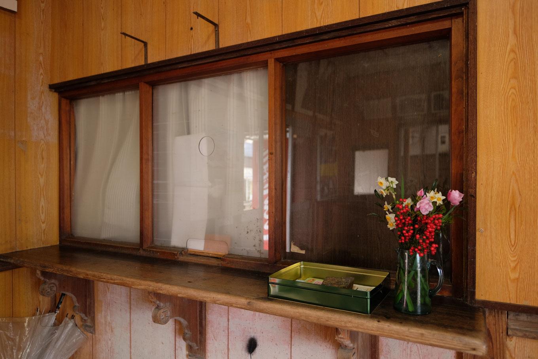 待合室に残された古びた窓口。