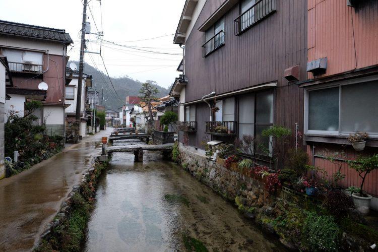 街中を流れる瀬戸川 (FUJIFILM X-T1 + XF16mm F1.4R)