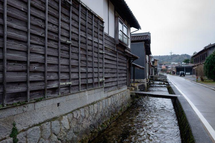 瀬戸川沿いに板壁の残る一角 (FUJIFILM X-T1 + XF16mm F1.4R)