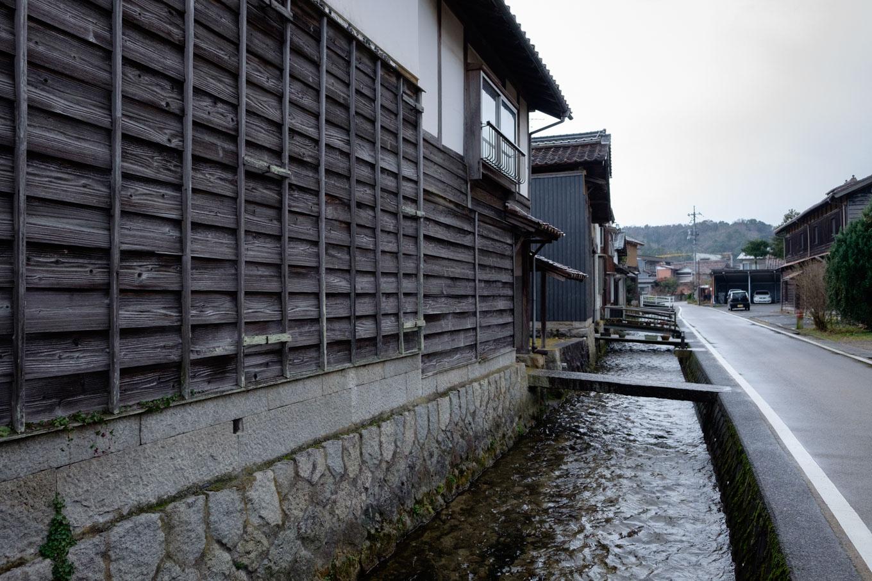 瀬戸川沿いに板壁の残る一角。