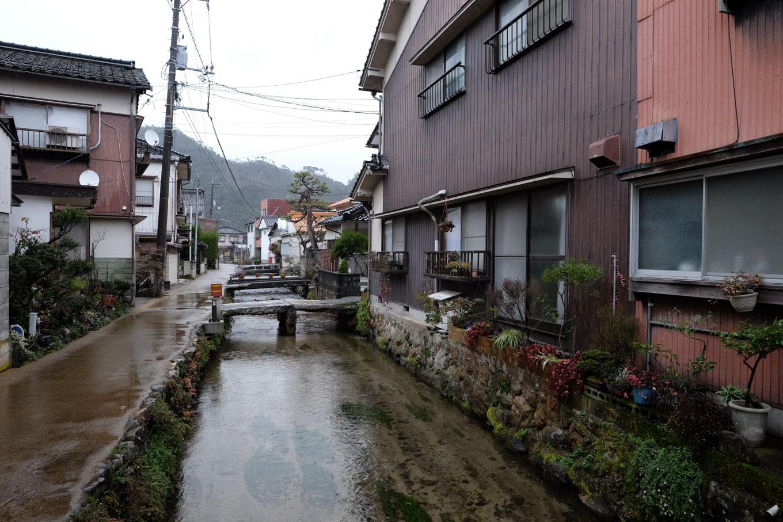 駅前を横切る水路。