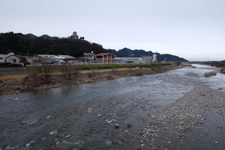 千代川の背後に河原城がそびえる。