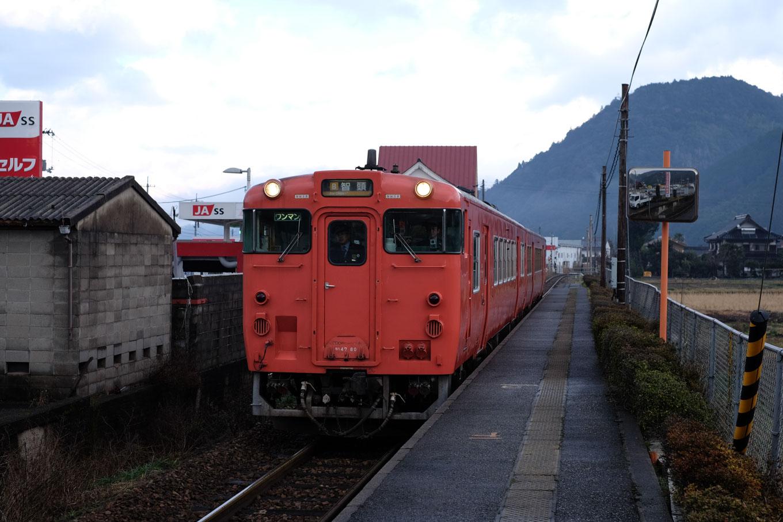 鷹狩駅に入線する、普通列車の智頭行き 657D。