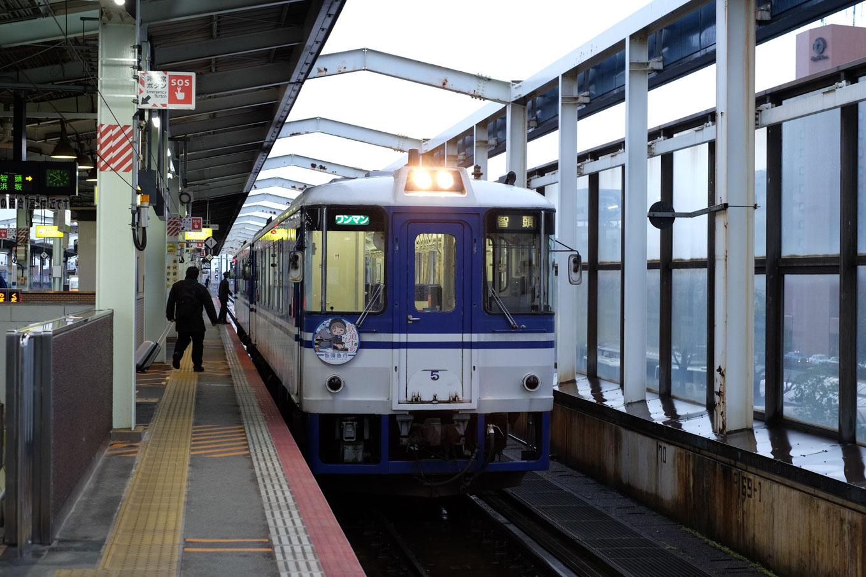 鳥取駅で発車を待つ、普通列車の智頭行き 631D。