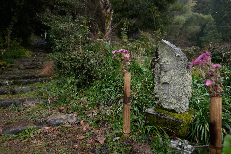 点々と石仏の安置された参道。