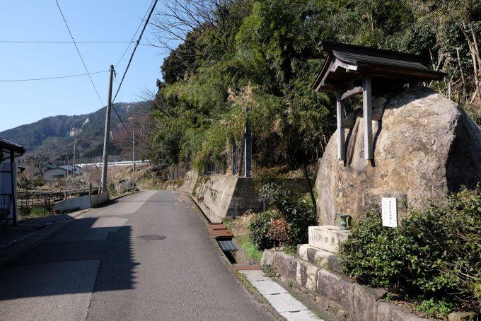 疋田集落の入口(奥の築堤上に新疋田駅がある) (FUJIFILM X-T1 + XF16mm F1.4R)